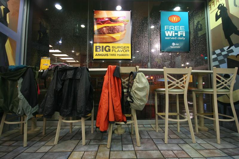 Interno di un Mc Donald's sulla Madison Avenue in una giornata di pioggia