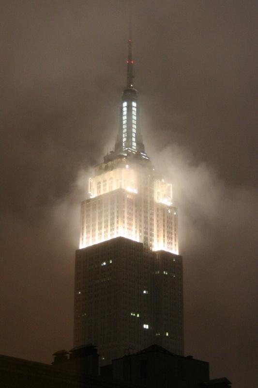La cima dell'Empire State Building in una serata di pioggia