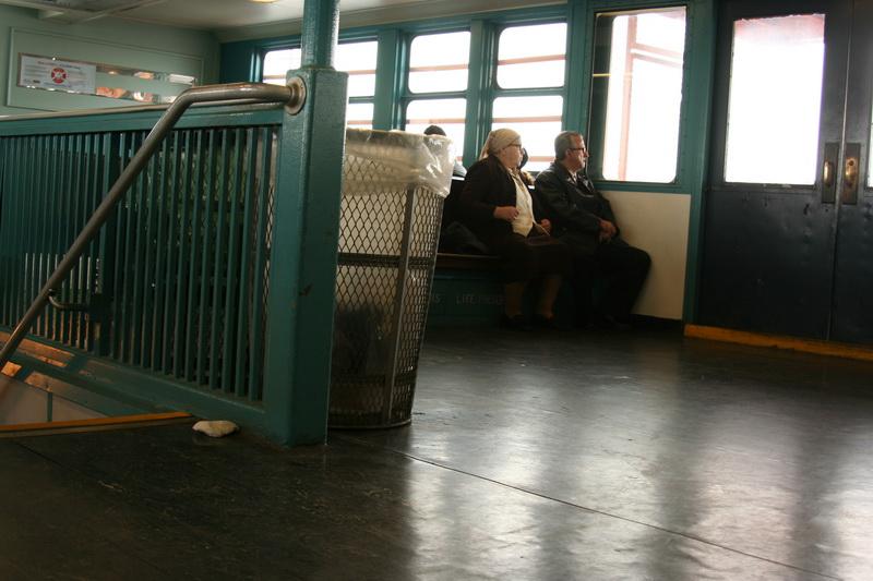 Coppia di passeggeri sullo Staten Island Ferry