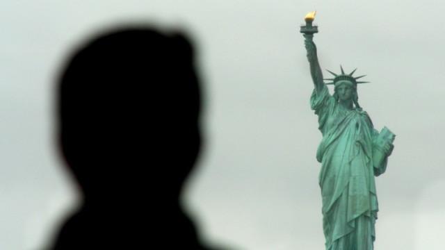 Un turista sullo Staten Island Ferry ammira la Statua della Libertà