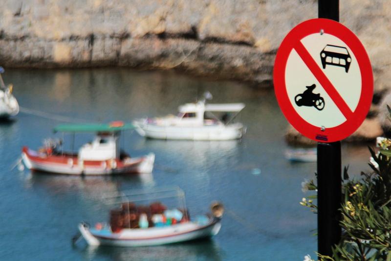 Cartello di divieto di accesso alla baia di Agios Pavlos