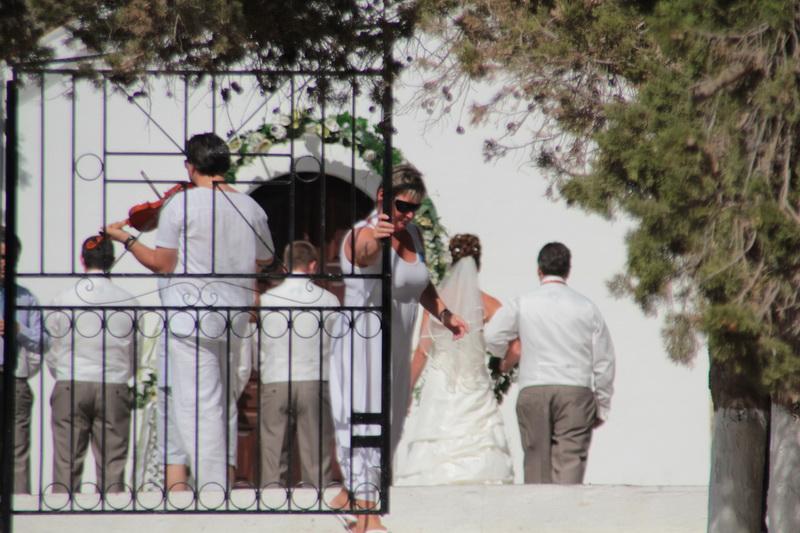 Celebrazione di un matrimonio nella chiesa di Agios Pavlos