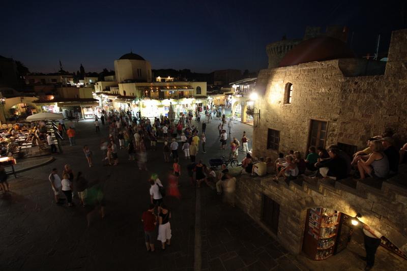 Vita notturna nella città antica di Rodi