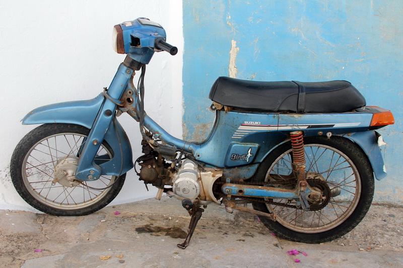 Motociclo tra i vicoli di Lindos
