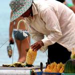 Venditori di frutta sulla spiaggia di Koh Samui
