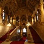 la scalinata d'ingresso al Parlamento di Budapest