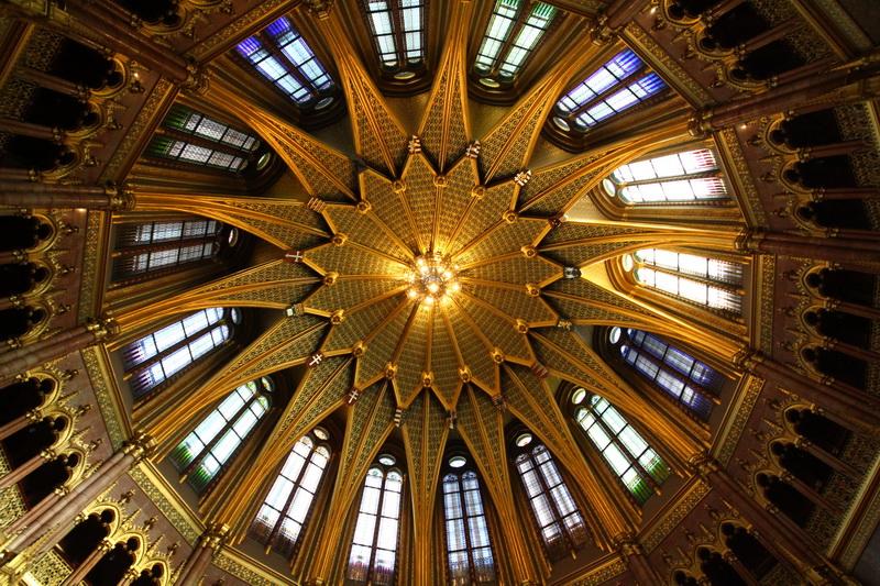 la cupola della grande sala che custodisce la corona di Re Santo Stefano