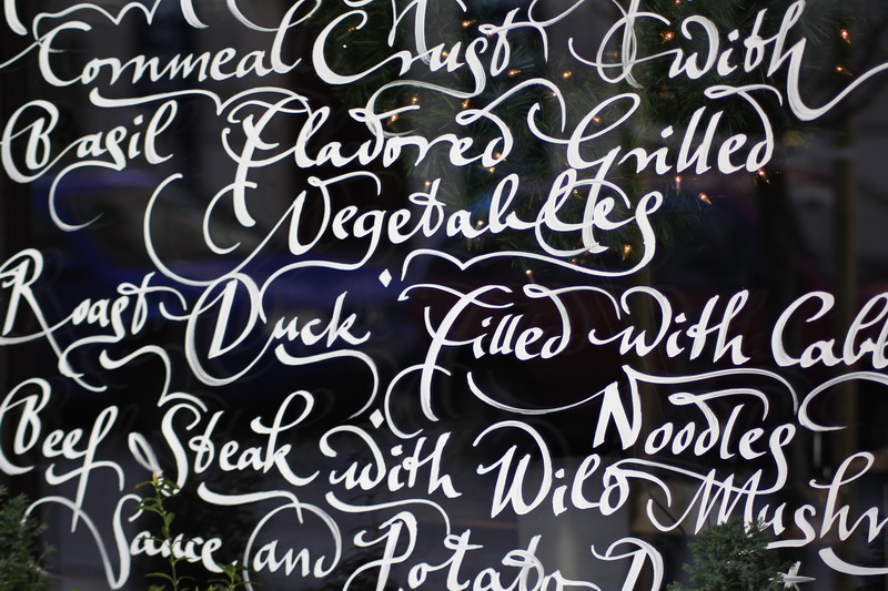 calligrafia su vetrina-menù di un ristorante di Budapest