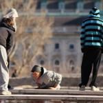 ragazzi si allenano nella disciplina parkour sui muretti di Buda