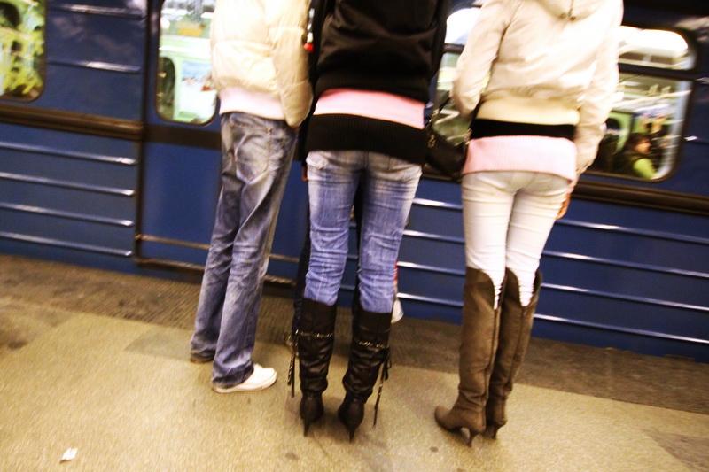 Sabato sera. Ragazzi prendono la metropolitana verso il centro di Budapest