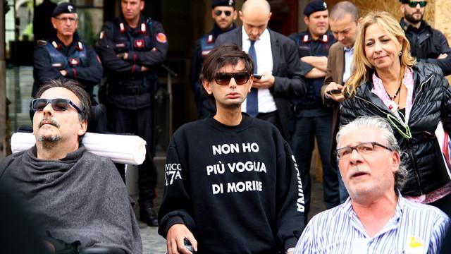 Marco Biviano manifesta davanti al Ministero dell'Economia