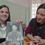 Chiara e Serena mostrano la foto dello zio Vittorio Loi
